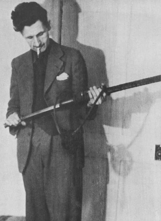 Оруэлл с бирманским мечом-сувениром